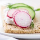 Knäckebrot mit Quark und Gemüse lizenzfreie stockbilder