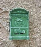 Knäckt gammal grön brevlåda och rosta Arkivbild