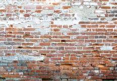 Knäckt gammal vägg av röd tegelsten Royaltyfri Fotografi