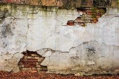 Knäckt murbruk för tegelstenvägg Arkivfoton