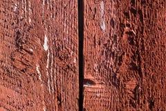 Knäckt rött målat wood bräde Arkivbild