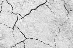 Knäckt textur för jord torka Svartvit hög kontrast royaltyfria bilder