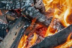 Knäckt trä, orange flammor och rökbakgrund royaltyfria bilder