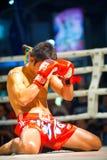 Knäfalla Muay thailändsk handskeframsida Royaltyfria Foton