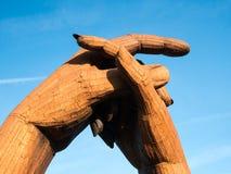 Knäppa fast händer på Gretna gräsplan Arkivbild