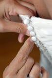 knäppas klänningen upp bröllop royaltyfri bild