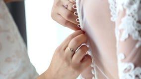 Knäppas på brudens klänning lager videofilmer
