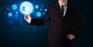 Knäppas trängande tummar för stilig person upp på modern social netwo Arkivfoton