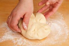 knåda för bröddeghänder Royaltyfri Bild