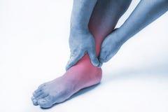 Knöchelverletzung in den Menschen Knöchelschmerz, Gelenkschmerzenleute medizinisch, Monotonhöhepunkt am Knöchel Lizenzfreie Stockfotos