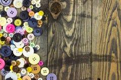 Knöpfe auf Holztisch Lizenzfreies Stockbild