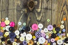 Knöpfe auf Holztisch Lizenzfreie Stockfotos