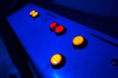 Knöpfe für das Vorwählen von ein oder zwei Spielern auf einem alten Säulengang Stockbilder