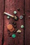 Knöpfe und Reißverschluss- und Nähenwerkzeug Stockbilder