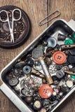 Knöpfe und Reißverschluss- und Nähenwerkzeug Stockbild