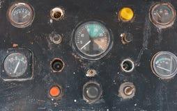 Knöpfe und Sensoren auf dem alten Steuerarmaturenbrett auf einer Yacht Stockfotos