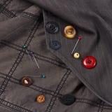 Knöpfe und Stifte von der schwarzen Baumwollkleidungsnahaufnahme lizenzfreie stockfotografie