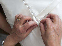 Knöpfen des eleganten Hochzeitskleides Lizenzfreie Stockfotos