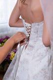 Knöpfen des Hochzeits-Kleides Lizenzfreies Stockfoto