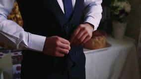 Knöpfen einer Jacke Stilvoller Mann in einer Anzugsbefestigung knöpft auf seiner Jacke, die sich vorbereitet zu erlöschen Abschlu stock video