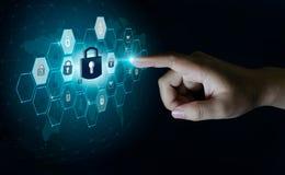 Knöpfen Sie auf dem virtuellen Schirm, der mit Sicherheitsweltkarte Schlüssel-Verschlusssicherheit Finger globalen Netzwerks gedr lizenzfreies stockfoto