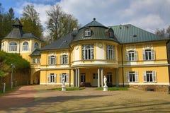 Kněžice是一座前城堡在此得名的村庄,部分森林风景在绝种村庄, Šumava,捷克 图库摄影