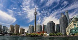 KN-Kontrollturm mit Eigentumswohnungaufbau und Segelboote im Vordergrund Lizenzfreie Stockbilder