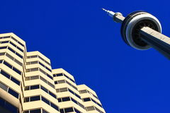 KN-Kontrollturm und Bürohaus stockbilder