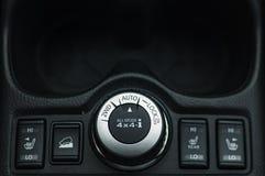 Kn?pfen Sie Schaltersteuerung f?r Auto mit Weichzeichnung und ?ber Licht im Hintergrund KNOPF-SCHALTER DES SELBSTverschluss-2WD lizenzfreie stockfotografie