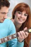 Knabe, der die Gitarre spielt Stockfotos