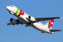 KNACKA LÄTT PÅ Air Portugal royaltyfria foton