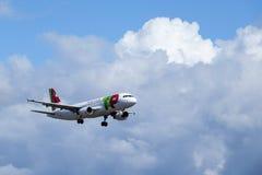 KNACKA LÄTT PÅ Air Portugal, flygbussen A320 - 251N royaltyfri fotografi