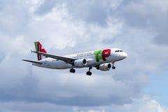 KNACKA LÄTT PÅ Air Portugal, flygbussen A320-251N arkivbilder