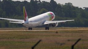 KNACKA LÄTT PÅ avvikelsen för flygbussen A321 stock video