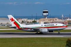 KNACKA LÄTT PÅ den Air Portugal flygbussen A310 arkivfoton