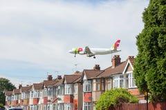 KNACKA LÄTT PÅ den Air Portugal flygbussen A320 på inställning till den Heathrow flygplatsen royaltyfria foton