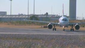 KNACKA LÄTT PÅ den Air Portugal flygbussen A320 som åker taxi till landningsbanan stock video
