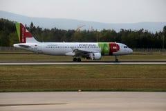 KNACKA LÄTT PÅ den Air Portugal nivån på landningsbana i den Munich flygplatsen, Tyskland, MUC royaltyfria bilder