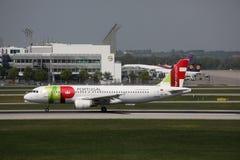 KNACKA LÄTT PÅ den Air Portugal nivån på landningsbana i den Munich flygplatsen, Tyskland, MUC fotografering för bildbyråer