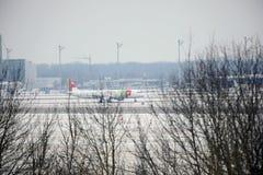 KNACKA LÄTT PÅ den Air Portugal nivån på landningsbana i den Munich flygplatsen, Tyskland, vintertid med snö royaltyfria bilder