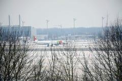 KNACKA LÄTT PÅ den Air Portugal nivån på landningsbana i den Munich flygplatsen, Tyskland, vintertid med snö arkivbild