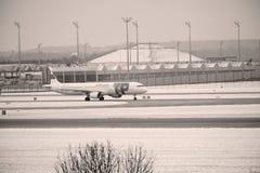 KNACKA LÄTT PÅ den Air Portugal nivån på landningsbana i den Munich flygplatsen, Tyskland, vintertid med snö arkivfoto