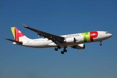 KNACKA LÄTT PÅ den Portugal flygbussen A330 royaltyfri fotografi