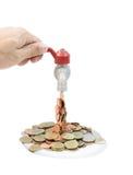 Knacka lätt på med pengar som faller på en vit bakgrund Royaltyfri Bild
