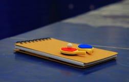 Knacka pong paddlar dagljus fotografering för bildbyråer