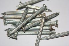 Knackande lätt på skruvar som göras od att stålsätta Royaltyfri Bild