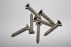 Knackande lätt på skruvar som göras od att stålsätta Arkivfoton