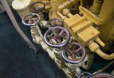 Knackar lätt på den skinande vattenkranen för industriell bakgrundsmetall den pålitliga fabriken Royaltyfri Bild