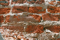 Knacken der roten Backsteinmauer Stockfotos