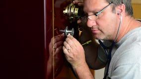 Knacken eines Safes mit einem hörenden Gerät stock footage